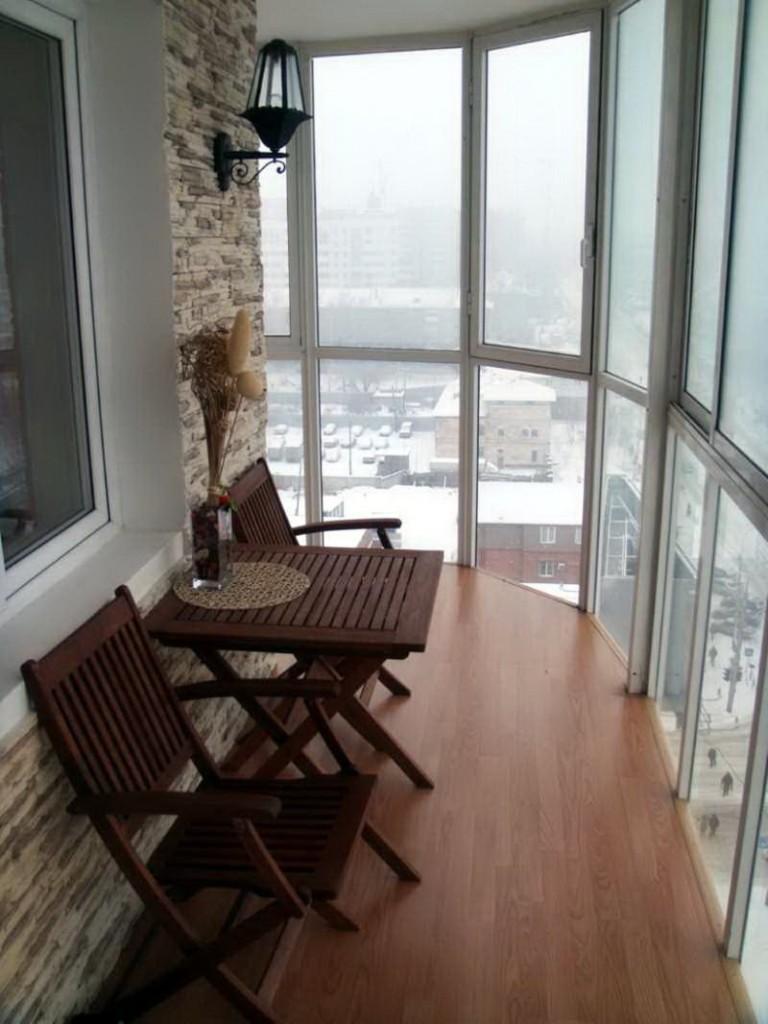 Столик для утреннего кофе на балконе высотки