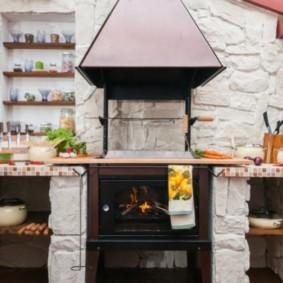 Гриль с эффектом камина в летней кухне