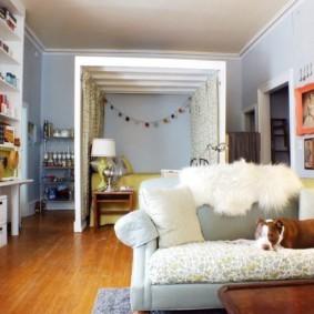 однокомнатная квартира с кроватью и диваном декор