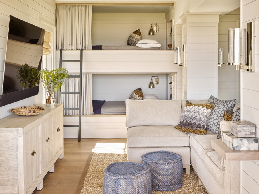 однокомнатная квартира с кроватью и диваном декор идеи