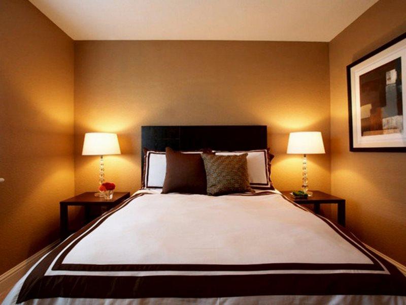 Большая кровать в спальне с однотонными стенами