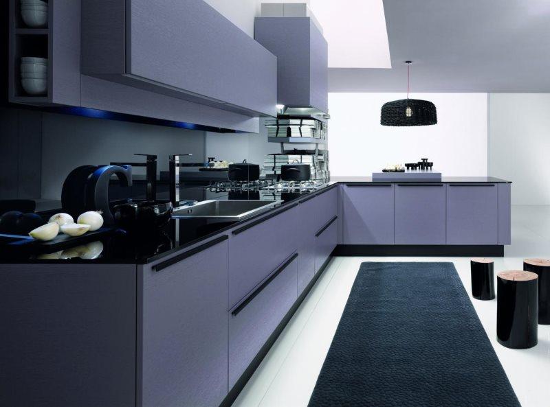 Темно-синий коврик на кухне с гладкими фасадами