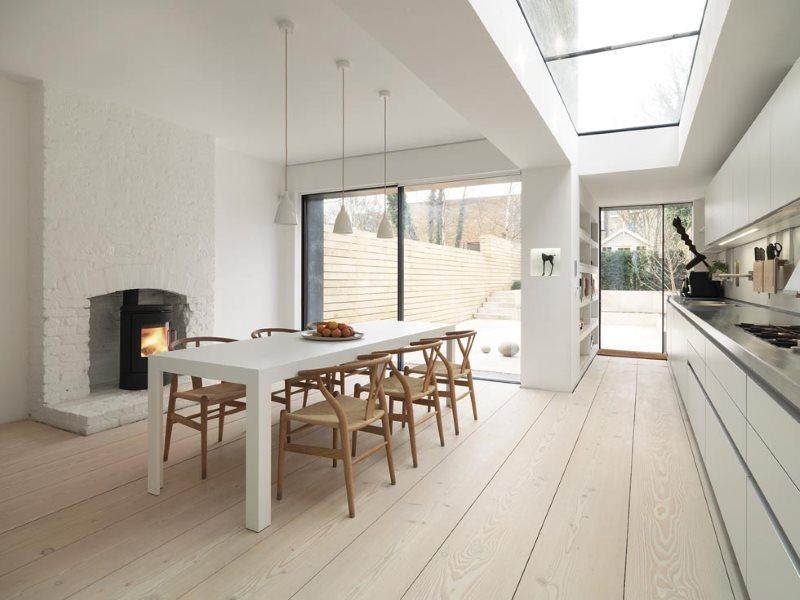 Окно в потолке кухни-столовой в частном доме