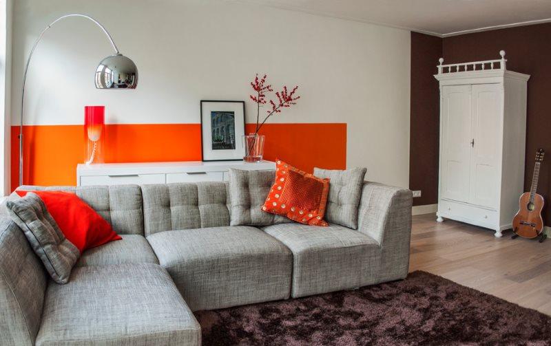 Акценты оранжевого цвета в современной гостиной