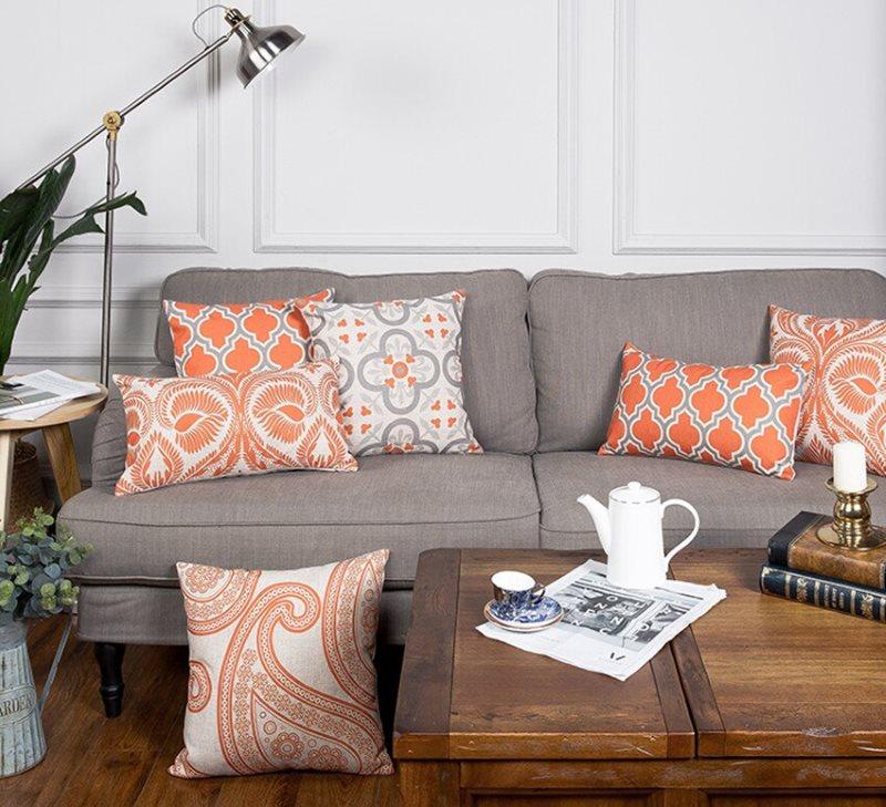Серый диван с подушками яркой расцветки