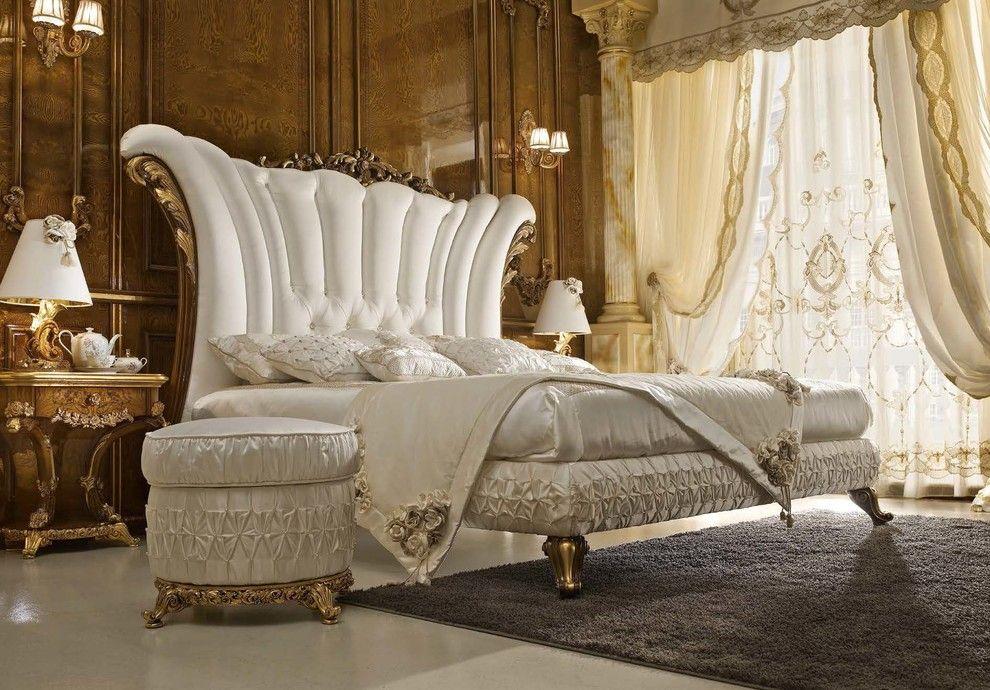 Красивая кровать в спальне стиля барокко