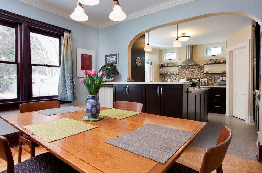 Кухонный остров под аркой в кухне-гостиной