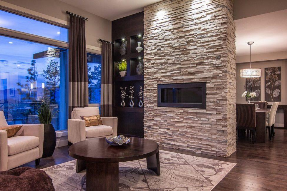 отделка стен камнем в гостиной