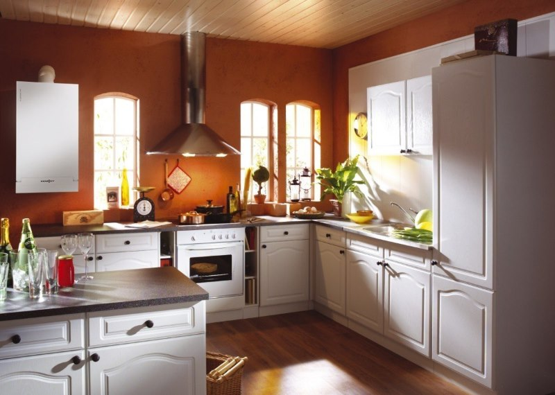 Кухня частного дома с газовым котлом на стене
