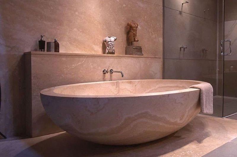 Каменная ванна овальной формы