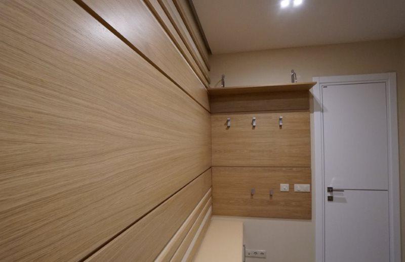 Панели МДФ на стене коридора в частном доме