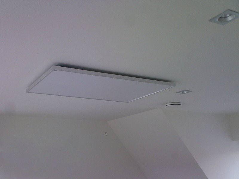 Плоская панель инфракрасного обогревателя на потолке ванной