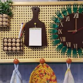 Панно с часами на стене кухни