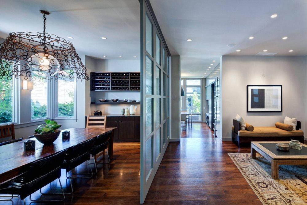 Раздвижная перегородка между кухней и гостиной частного дома
