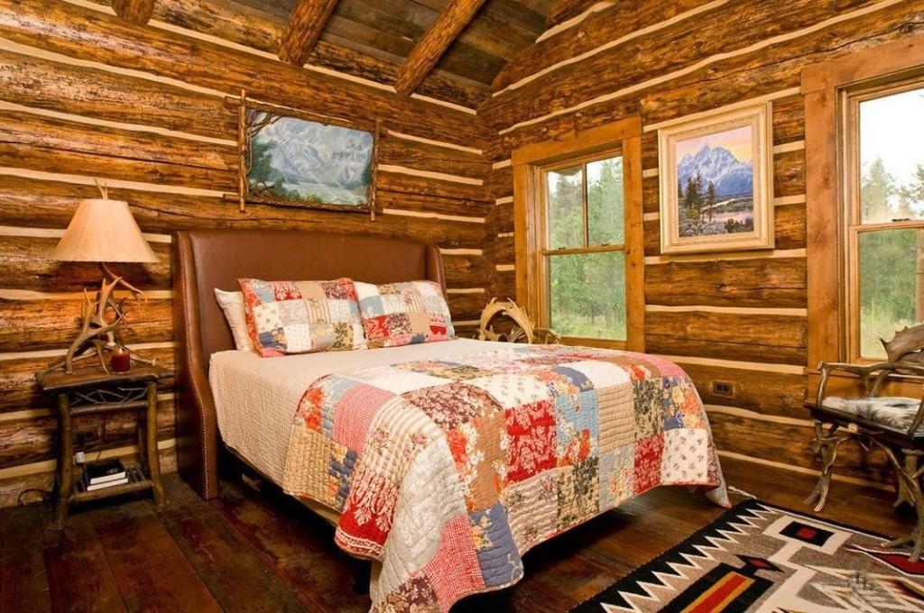 Яркое одеяло в стиле пэчворк на кровати в спальне