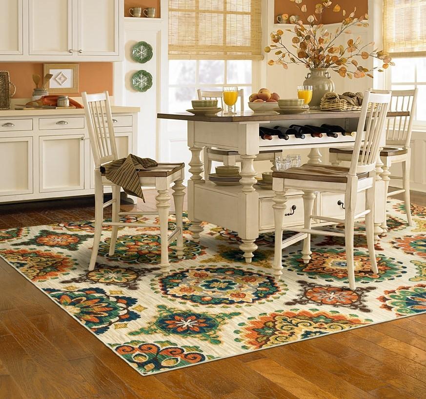Зонирование кухни ярким ковром