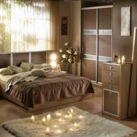 коричневая спальня с кроватью у окна