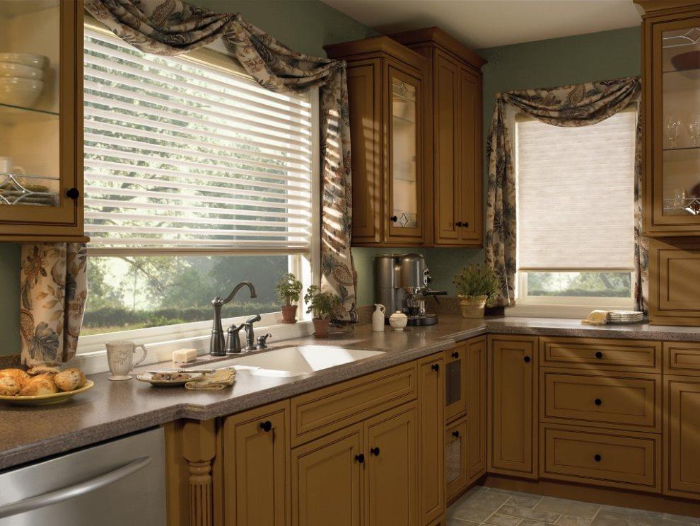 Пластиковые жалюзи на кухне с деревянным гарнитуром