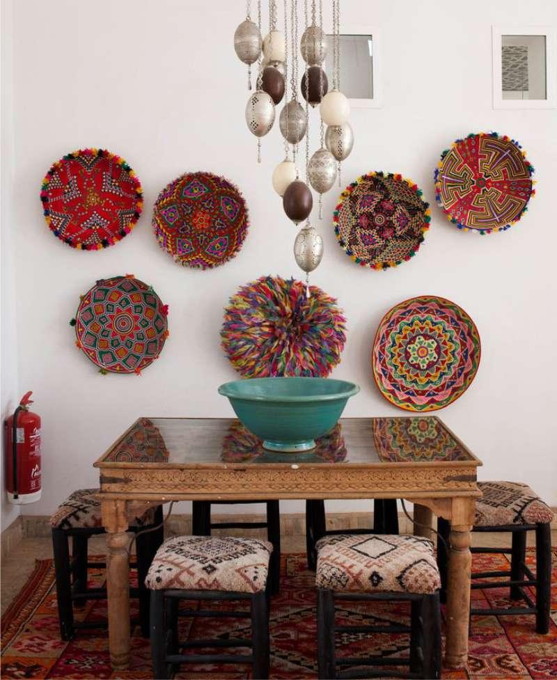 Плетенные тарелки на светлой кухонной стене