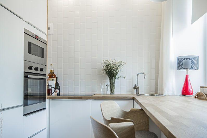 Белая керамическая плитка на стене светлой кухни