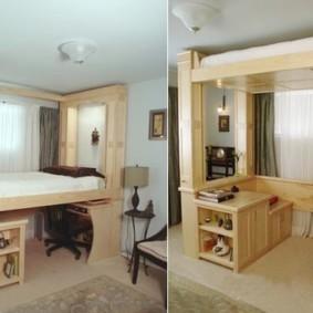 спальня с кроватью у окна на чердаке