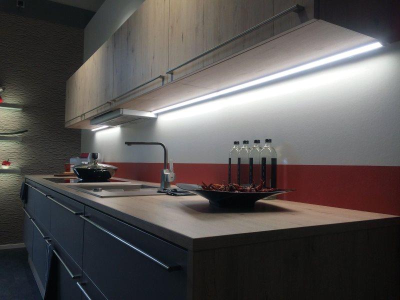 Холодный свет от светильников в рабочей зоне кухни