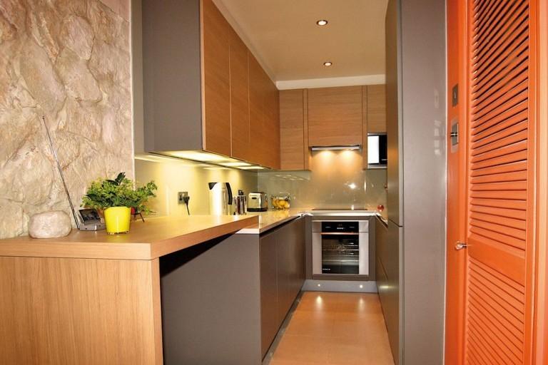 П-образный гарнитур в очень узкой кухне