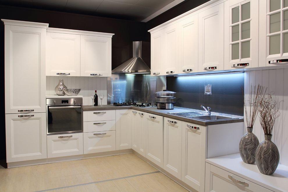 Холодная подсветка рабочей зоны угловой кухни