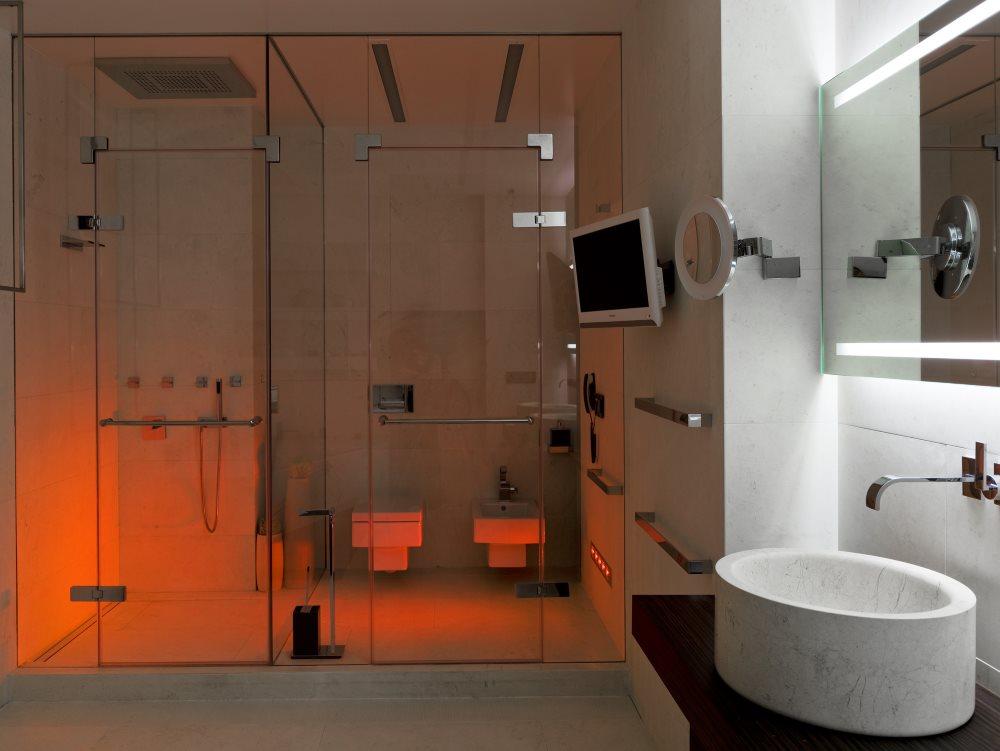 Подсветка в душевой кабине за стеклянной перегородкой