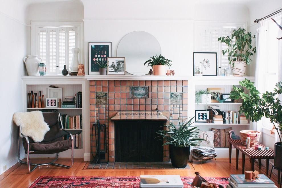 Полочка с декорациями на портале камина в гостиной