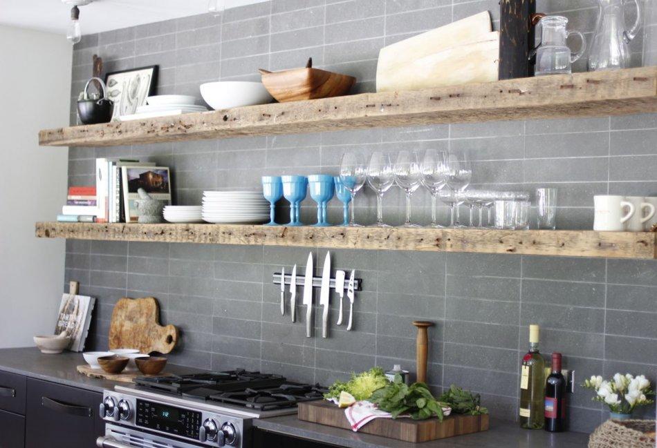 кухни с полками вместо навесных шкафов фото ретро фотокамера цветах