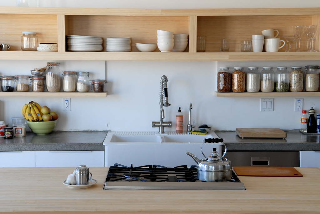 полки на кухне вместо навесных шкафов декор идеи