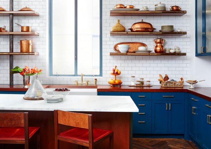 Деревянные полки в декоре кухни частного дома