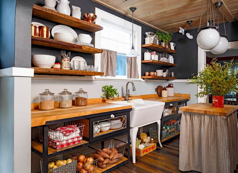 Белая посуда на деревянных полках