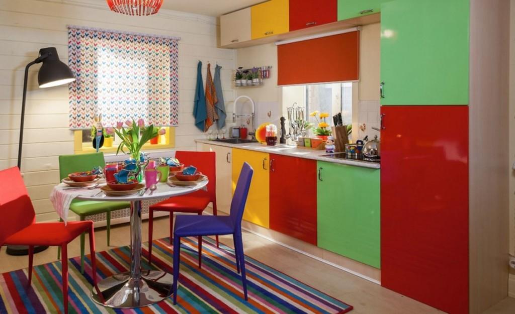 Полосатый ковер в кухне с пластиковыми стульями