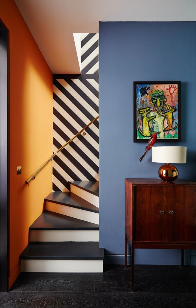 Полосатые стены в коридоре с лестницей