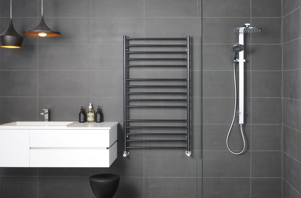 Полотенцесушитель лесенка в ванной с серыми стенами