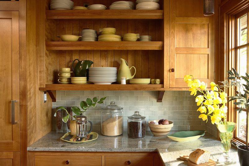Фарфоровые тарелки на открытых полочках