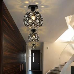 потолочная люстра в прихожей декор фото