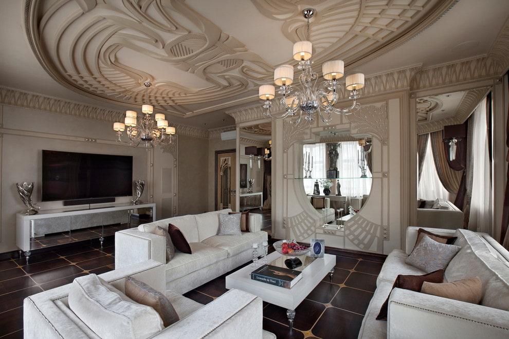 Потолок с гипсовой лепниной в гостиной комнате