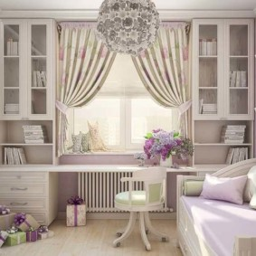 Декор окна в комнате для девочки