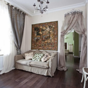 Прямой диван в современной гостиной