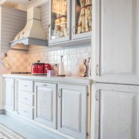 Кухонный гарнитур в стиле прованс для городской квартиры