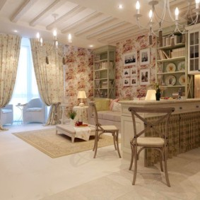 Цветастые занавески в квартире деревенского стиля