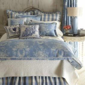Кровать в спальне квартиры стиля прованс