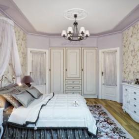 Просторная спальная комната в деревенском стиле