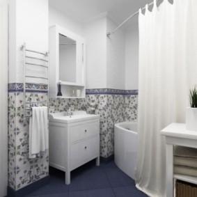 Светлая занавеска в ванной стиля прованс