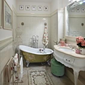 Просторная ванная комната в деревенском стиле
