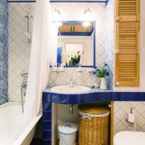 Плетенная корзина под умывальником в ванной