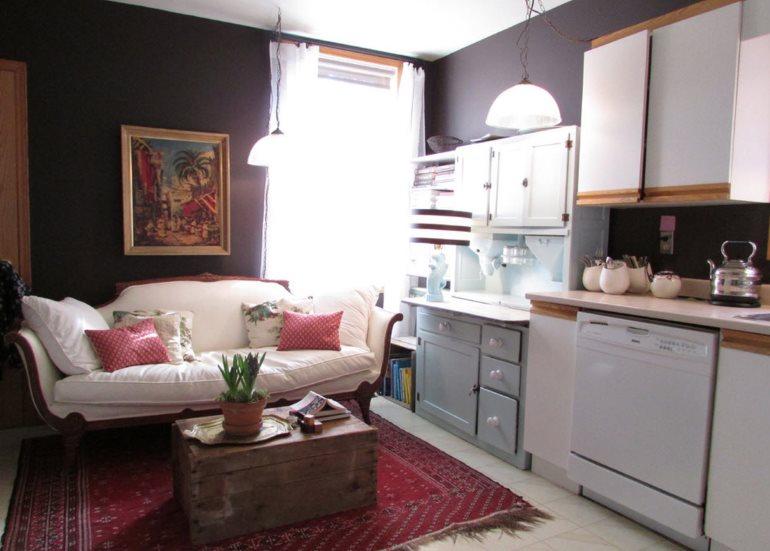 Старый сундук вместо столика в кухне-гостиной